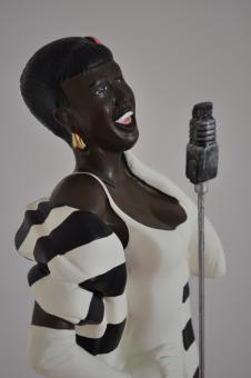 MODERNE SKULPTUR Sängerin Dekofigur