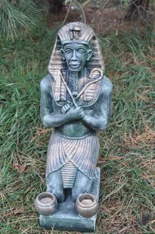 Pharao, sitzend, Kerzenhalter