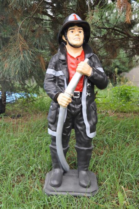 Figur Feuerwehrmann Skulptur Wasserspritze Löschen Werbefigur Gartenfigur