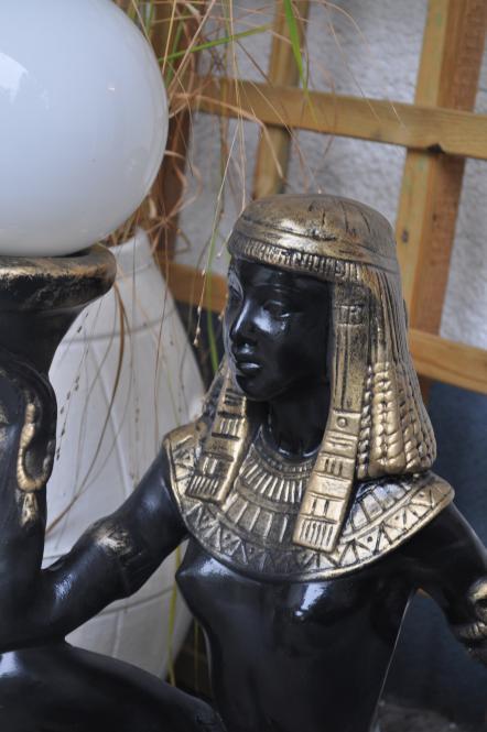 Ägyptische Figur mit Lampe
